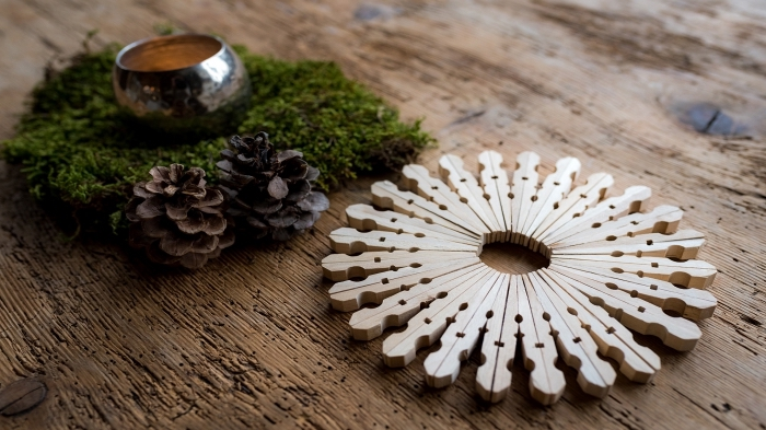 fabrication deco de noel facile et rapide, modèle de flocon de neige fait main avec pinces en bois, bricolage de Noël facile