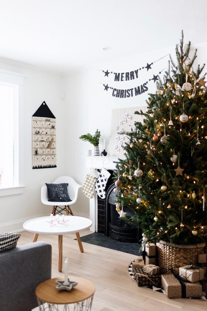 exemple comment décorer un gros arbre de noël naturel avec ornements métalliques et guirlande lumineuse