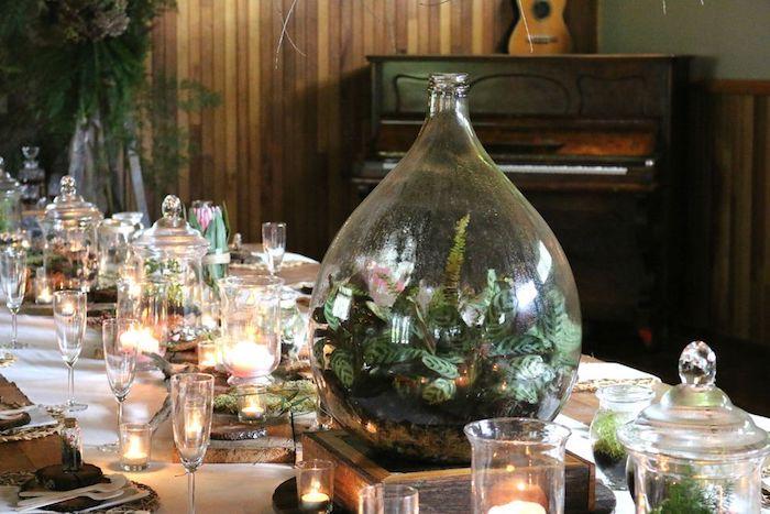 Table longue joliment décorée, idée déco table mariage, grand vase décoration d'intérieur, diy déco chambre chic