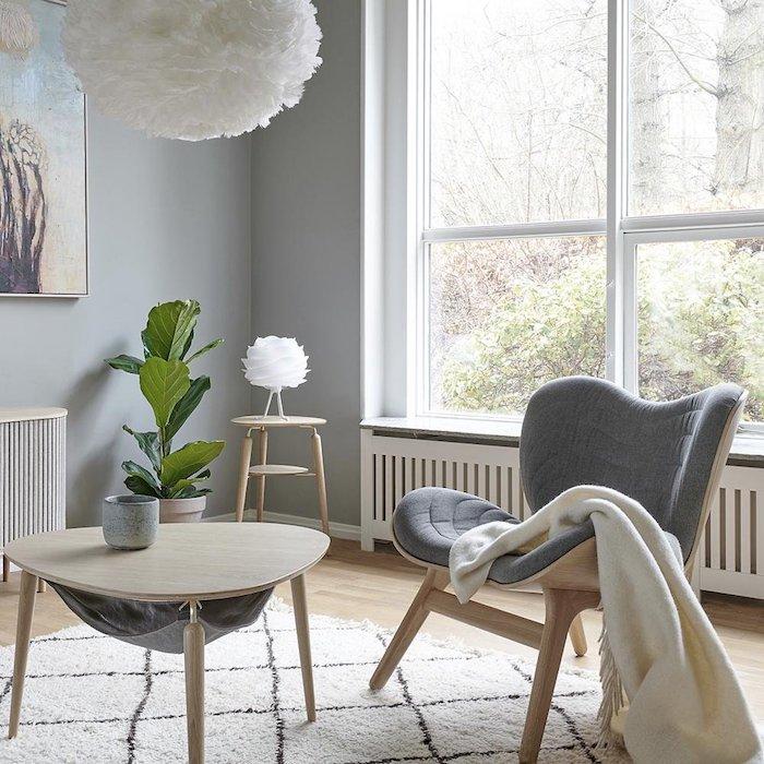 Fauteuil gris basse et table de salon basse miniature, décoration chambre à coucher, deco chambre moderne