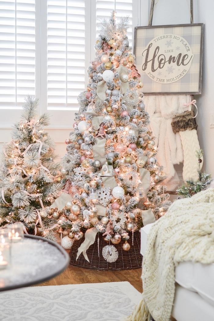 quel arbre de Noël pour une chambre fille moderne et glamour, modèle de sapin de noel décoré avec boules en rose et blanc