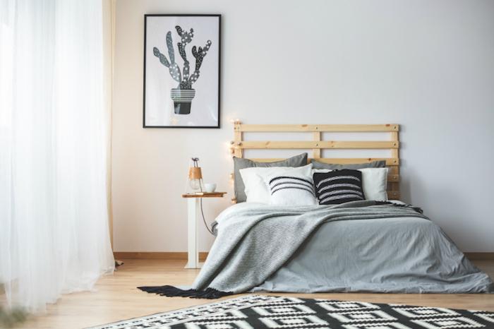 Bois tete de lit chambre gris et blanc, décoration chambre à coucher style minimaliste à la scandinave