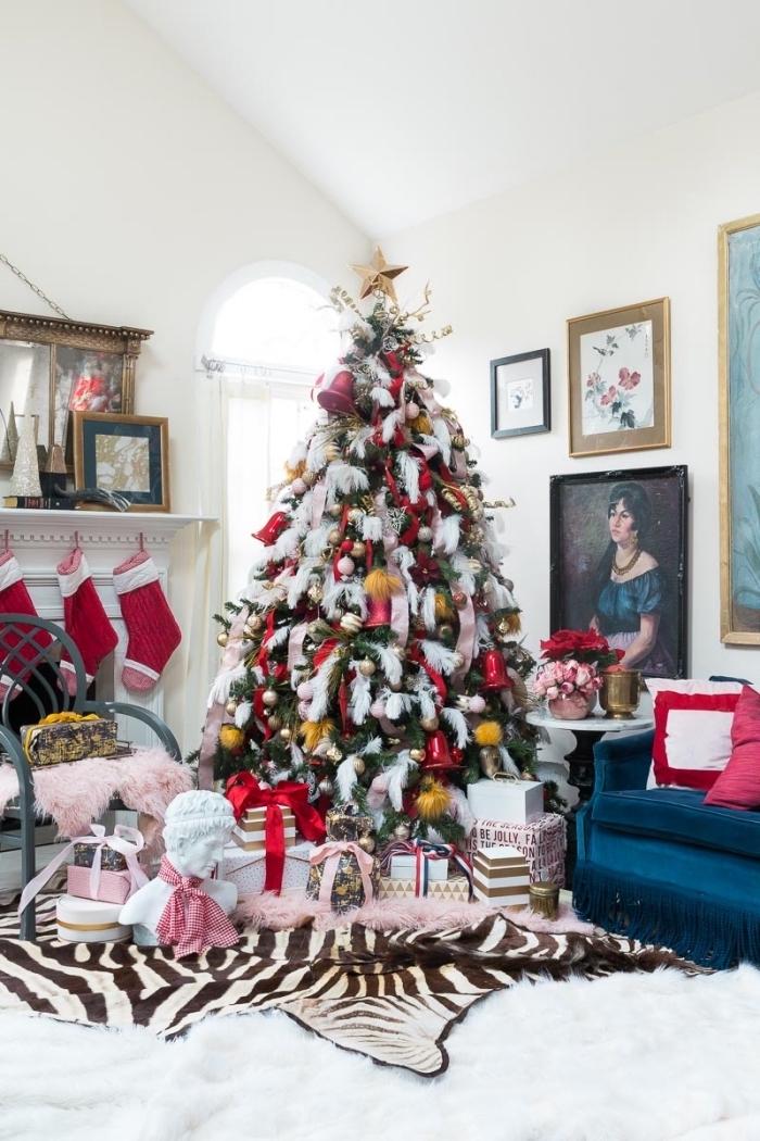 design salon blanc avec plafond cathédrale aménagé de style rétro style avec meubles en velours et sapin de noel décoré en rouge rose et or