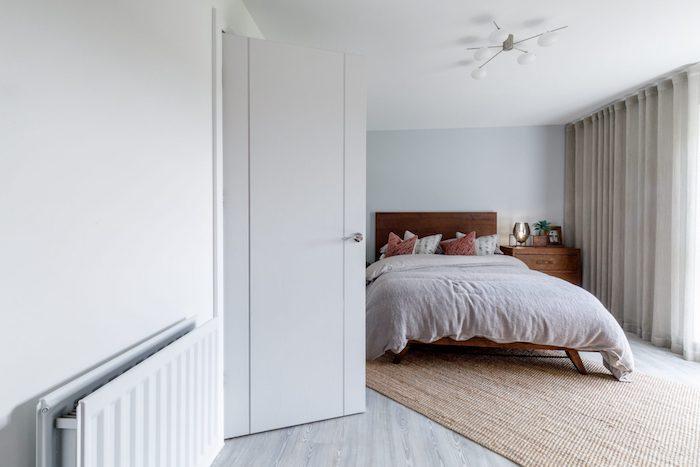 Simple chambre noir et blanc, aménagement chambre à coucher, grand lit avec couverture cosy