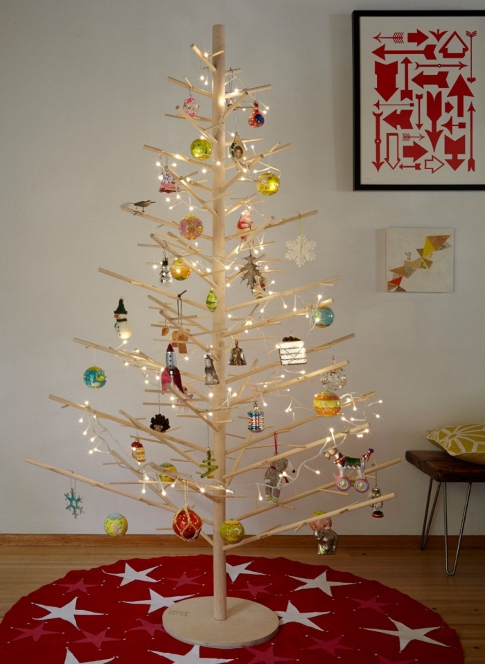 modèle de sapin noel bois clair fait main, exemple d'arbre de Noël DIY en goujons de bois décoré avec boules et lampes led