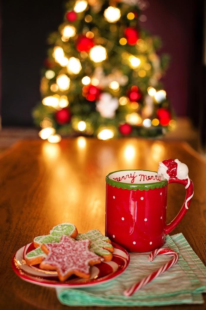 image de sapin de noel traditionnel décoré en blanc et rouge avec guirlande lumineuse, cozy fond d'écran Noël