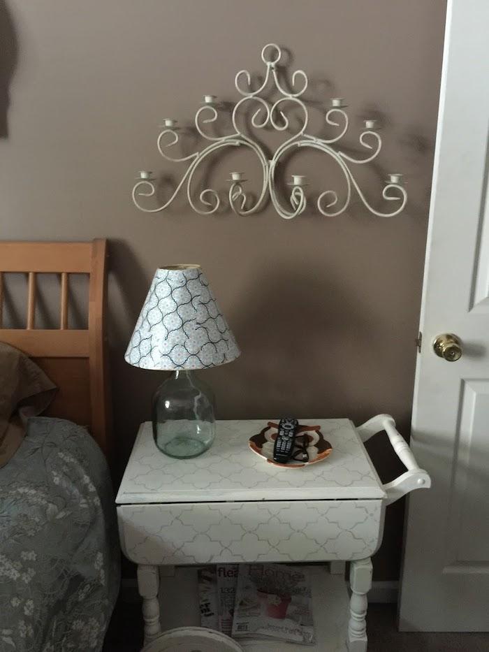 Mur taupe dans la chambre à coucher, decoration vase dame jeanne, idée diy avec vase en verre décorative