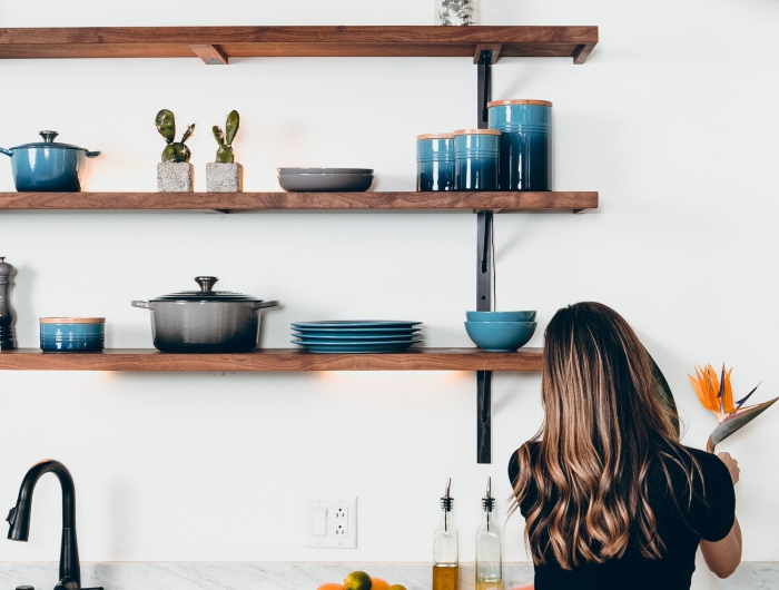 idée rangement mural pour vaisselle dans la cuisine, organisation vaisselle de cuisine sur une étagère en bois foncé