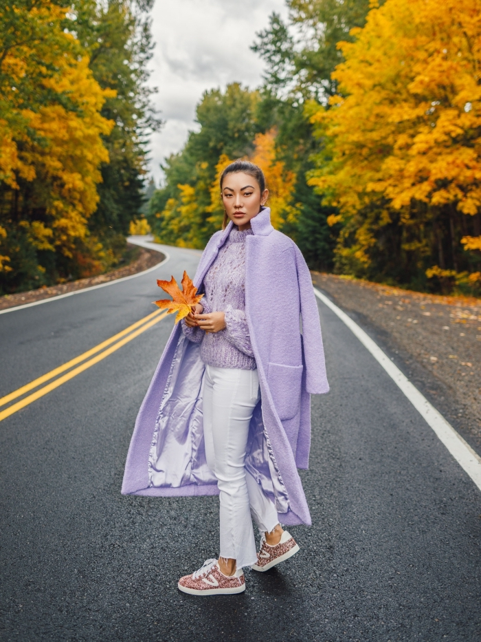 couleur tendance 2019 nuance de violet, modèle de manteau long loose de couleur lavande combiné avec pantalon blanc