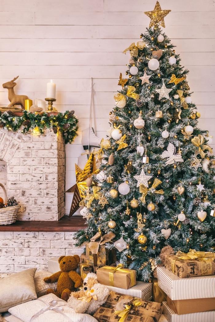 decoration de noel interieur stylé, gros sapin artificiel aux branches enneigées décoré avec étoiles et rubans en or
