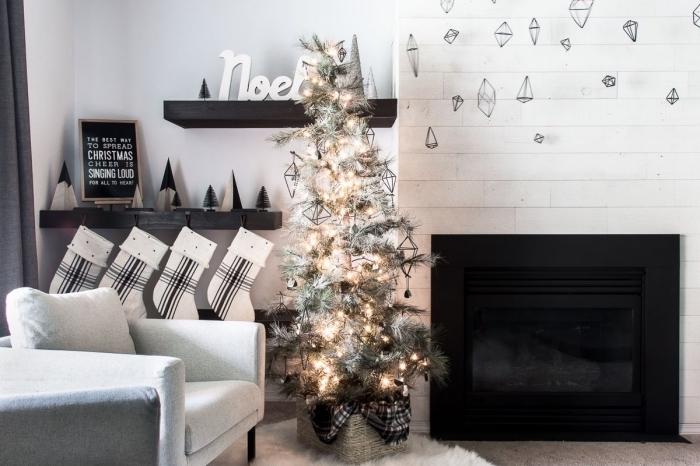 comment décorer un salon scandinave pour Noël, image sapin de noel artificiel décoré avec guirlande lumineuse et figurine en fil de fer