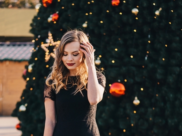 coiffure noel facile aux cheveux lâchés et bouclés, exemple de maquillage facile aux fards à paupières dorés