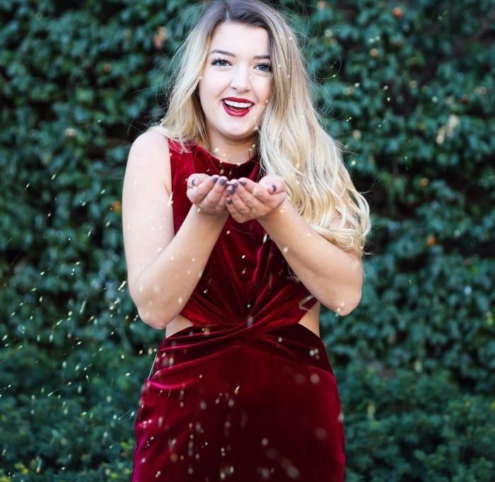 quelle robe de soirée pour Noël, idée look de Noël en robe longue velours burgundy et lèvres bordeaux mat