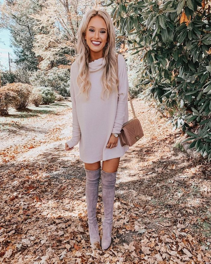 Pull col roulé pour robe blanche chic, comment vous habillez-vous pour une fête de Noël, femme souriante tenue avec cuissardes