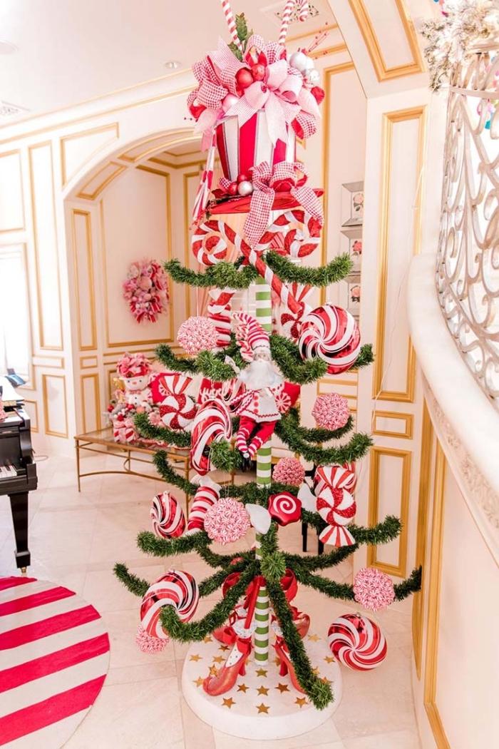 idée comment décorer un arbre de Noël artificiel avec jouets sur le thème confiserie, déco de sapin rouge et blanc