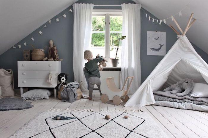 Enfant jouant avec ces jouettes en bois, idée scandinave déco chambre bébé avec tipi, quelle couleur avec le gris, design chambre à coucher grise