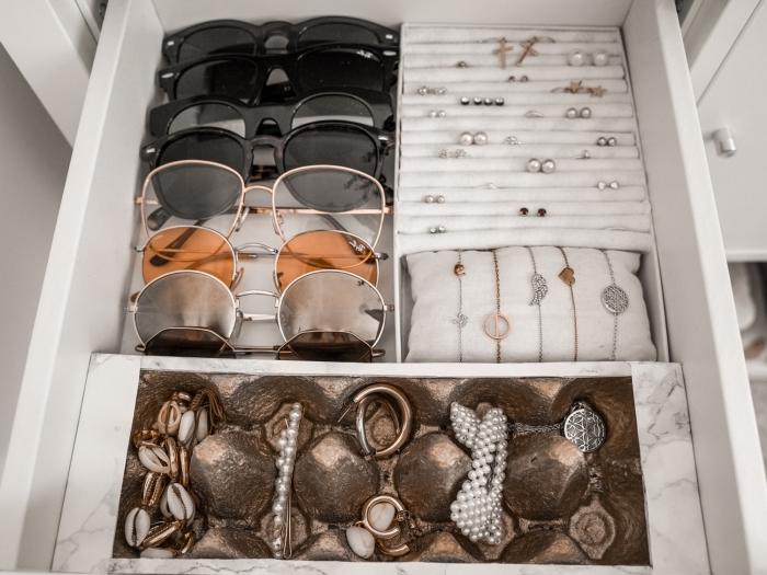 exemple comment ranger ses bijoux dans un tiroir avec différentes sections, recyclage boîte à oeufs en organisateur pour bijoux