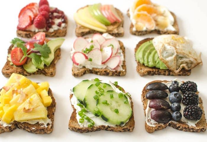 Toast pain noir pour amuse bouche noel, toasts de noël pour impressionner ses invités avec fruits fraiches