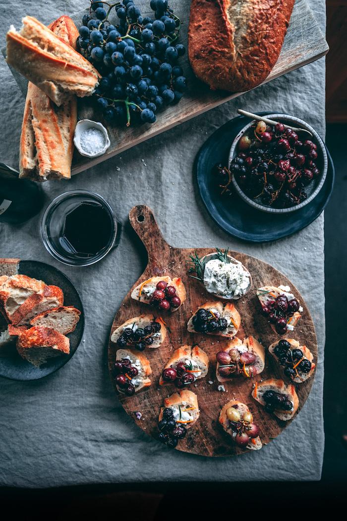 comment faire un toast de noel maison avec fromage de chevre et raisons rotis au four avec du thym