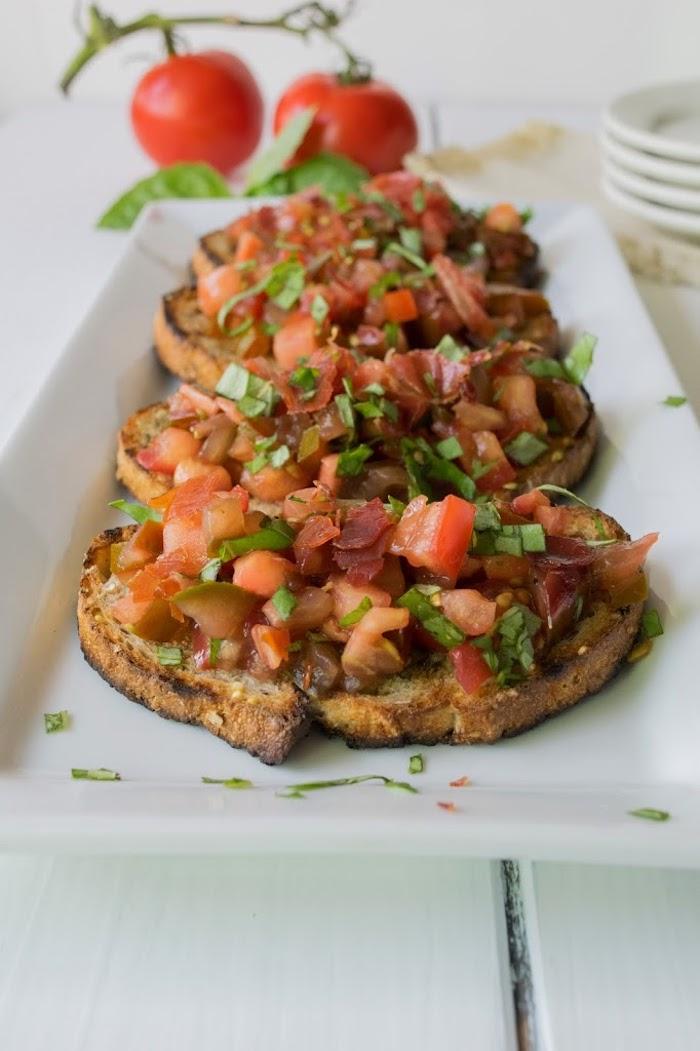 Tomate sur pain grillé, amuse bouche apéritif facile, préparer un toast spécial pour la fête de noël