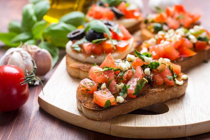 Tomate sur pain grillé et fromage, amuses bouches originaux, idée de recette simple pour apéritif