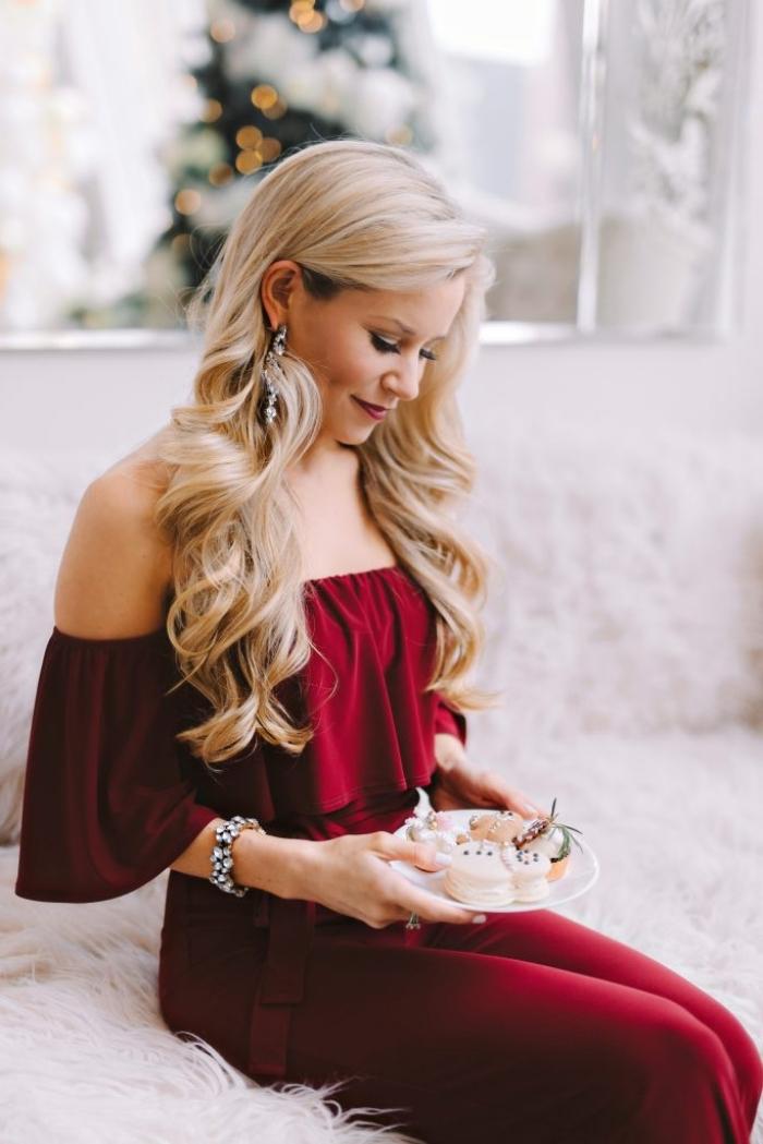 idée look de Noël femme élégante en combinaison bordeaux avec top aux manches tombantes, exemple makeup noel classique