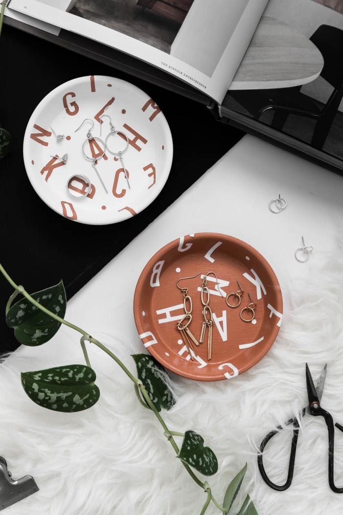 diy rangement boucle d oreille facile à faire, modèle soucoupe en terre cuite décorée avec stickers alphabet