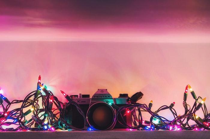 Guirlandes lumineuses colorés appareil de photo vintage, image sapin de noel, souhaiter un joyeux noel