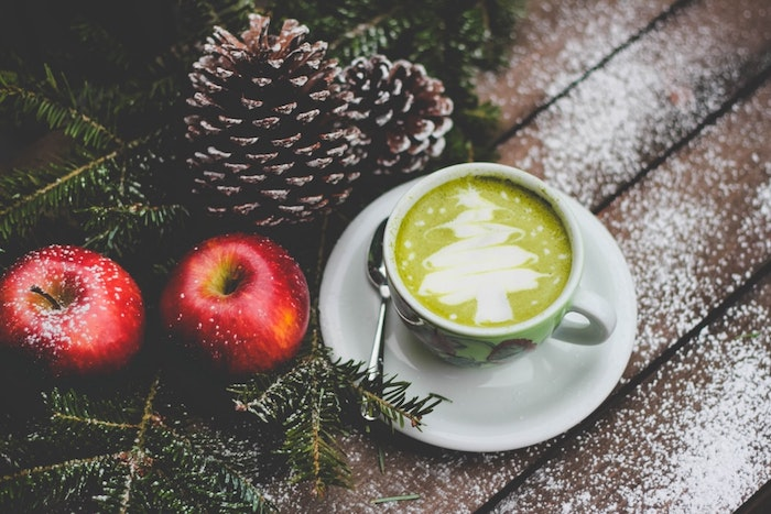 Pommes rouges, tasse à café avec matcha thé, image de pere noel, photo joyeux noel adorable