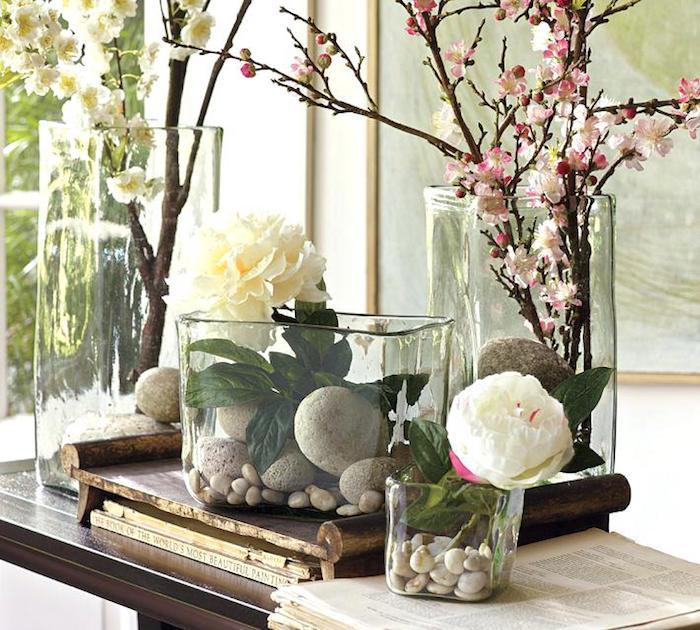 Vases en différentes formes, blanches fleurs et branches fleuries originale deco vases, déco à faire avec vase dame jeanne