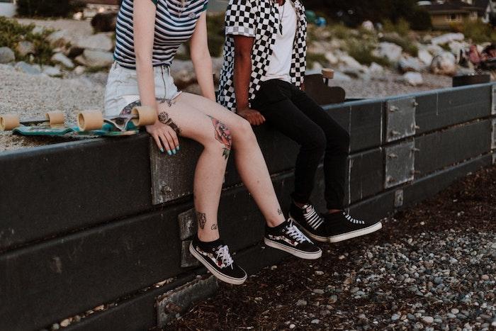Garçon et fille avec baskets noirs, tenue swag, basket personnalisable, utiliser matériaux diy de chez soi, adidas personnalisé