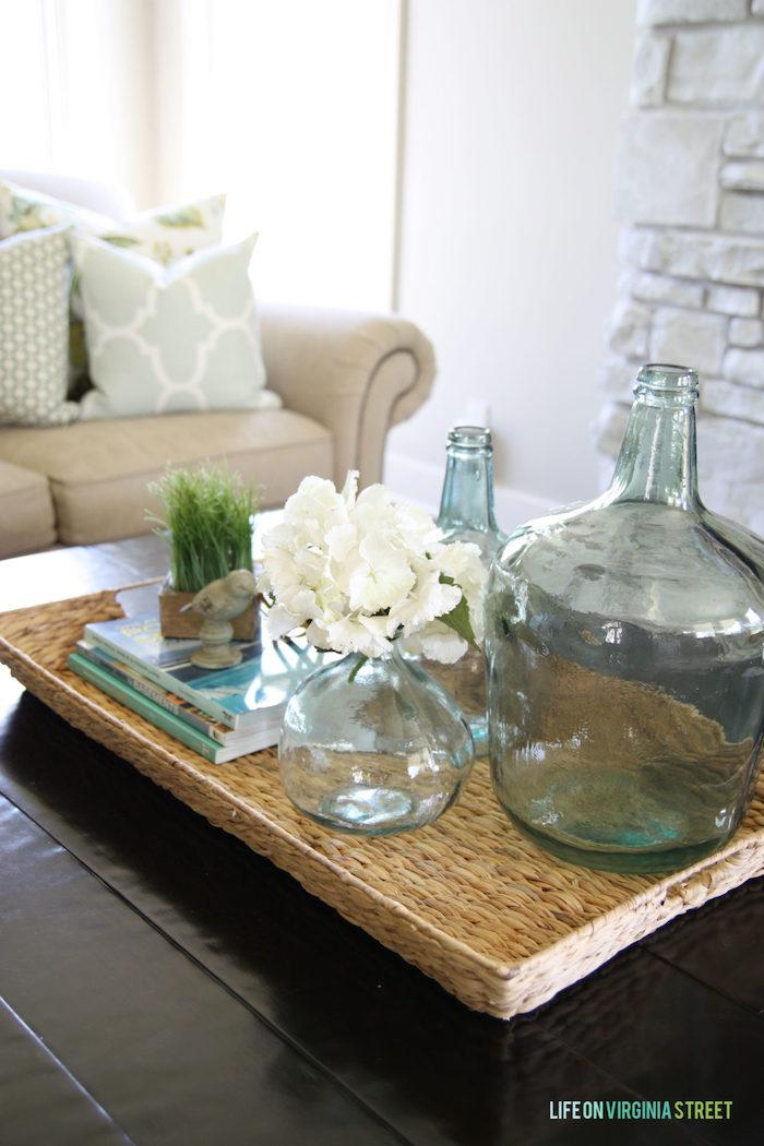 Salon dame-jeanne déco à composer soi-même, belle décoration, canapé beige et murs blanches
