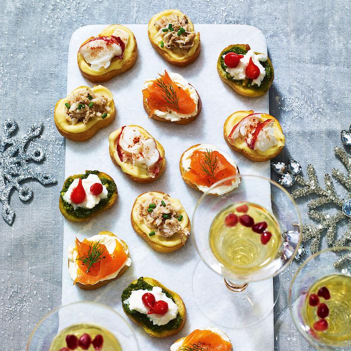 Idée déco festive sur la table avec apero dinatoire original, toast de noël comment faire la meilleure association, tomates et fromage sur pesto, saumon sur crème fraiche