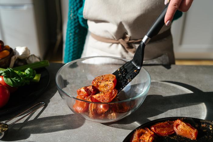 mettre les tomates roties au four dans un bol de verre, exemple de soupe a la tomate maison à faire comme entrée simple et rapide