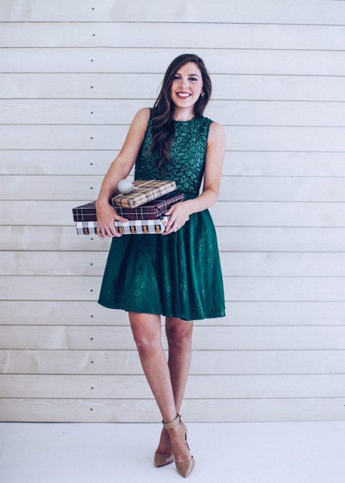 Verte robe pour noel courte et sans manches, idée tenue de fete, chaussures beiges sans talon saison festive