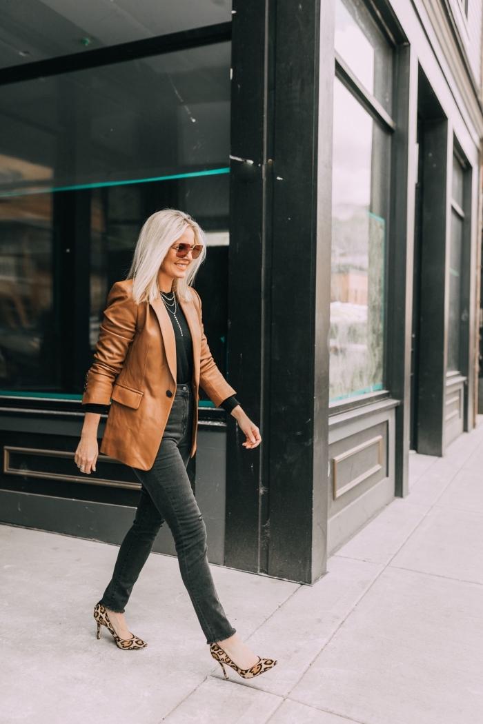 idée tenue mode hiver 2019 en couleurs foncées, paire de chaussures hautes à motifs léopard tendances 2019