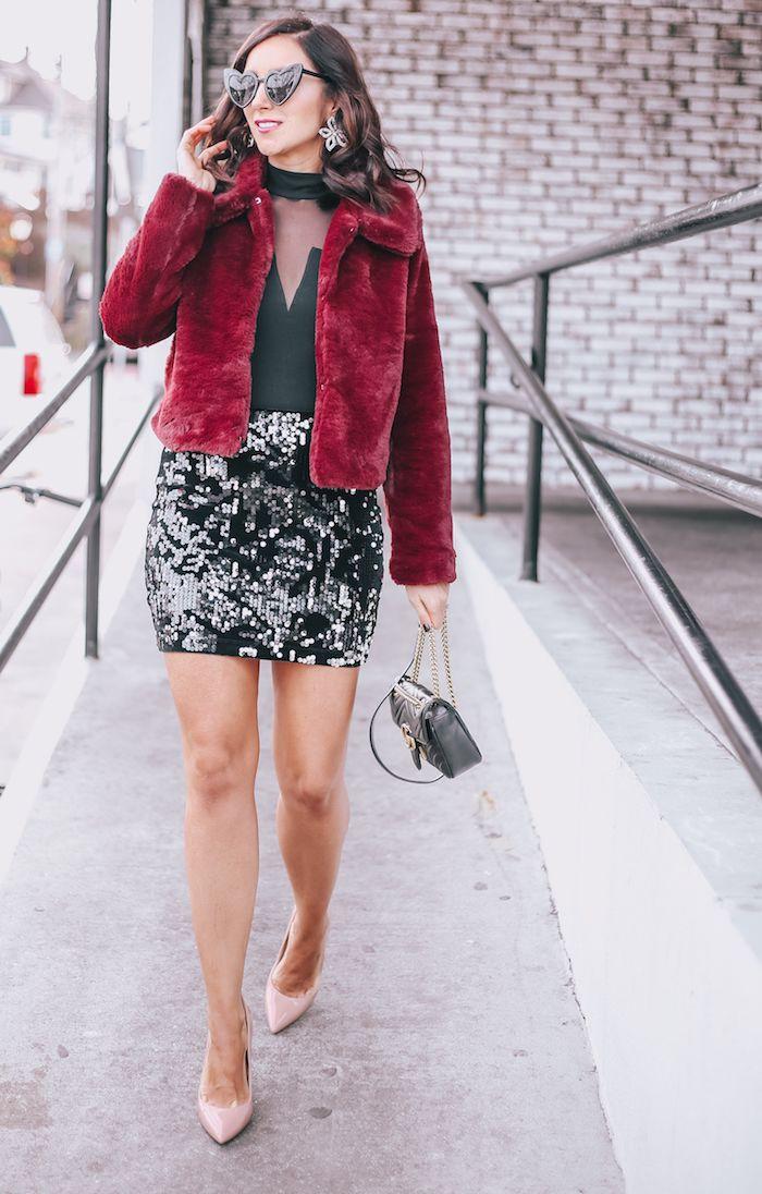Reveillon robe verte avec paillettes dans la partie dessus, fausse fourrure veste rouge, inspiration tenue de noel, idée comment s'habiller en hiver