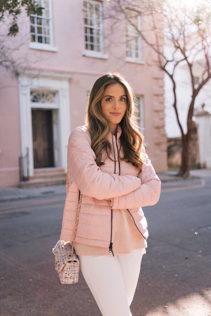 idée comment porter les couleurs pastel en hiver, look femme casual chic en pantalon fit blanc et veste rose pastel