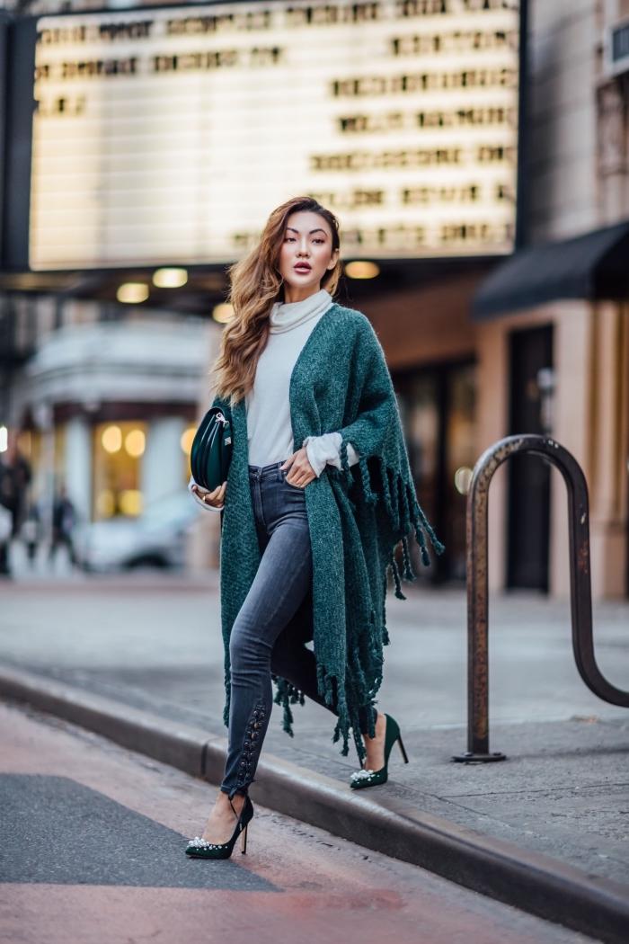 comment porter le vert en hiver femme 2019, look casual chic en jeans et chaussures hautes avec pull et poncho