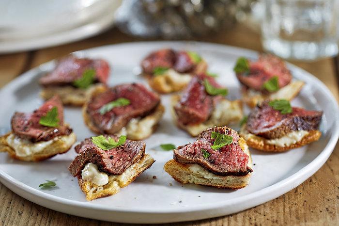 Pain grillé avec viande toast de noël à garnir de saumon, forme de noél festive