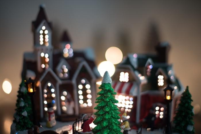 image de joyeux noel pour wallpaper ordinateur, idée photo fond d'écran PC avec un village lumineux et faux sapin de Noël