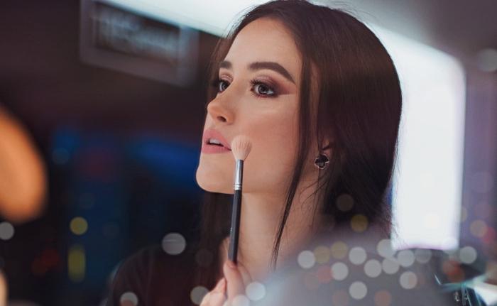 exemple comment bien se maquiller pour la soirée de Noël, technique de make-up visage contouring facile avec poudre bronzante et enlumineur