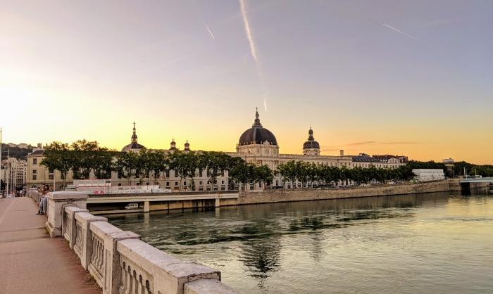 que voir à Lyon, idée de promenade sur les ponts des fleuves Rhône et Saône à Lyon lors de coucher de soleil