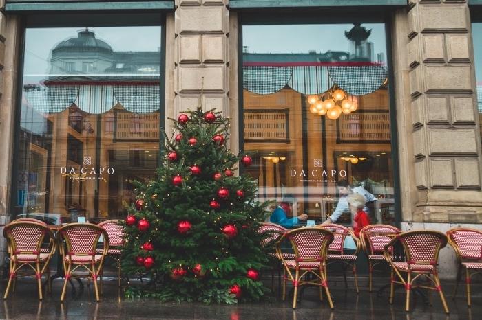 images fetes de fin d année gratuites, fond d'écran ordinateur avec une photo de vitrine café et sapin naturel décoré