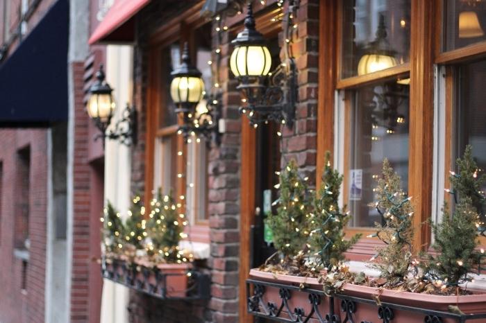 idée wallpaper pour ordinateur sur thème noel, photo de décoration de Noël extérieure avec mini sapins lumineux