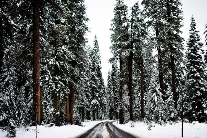 photo sur le thème voyage et aventure pour Noel, wallpaper ordinateur avec photo roadtrip dans une montagne enneigée