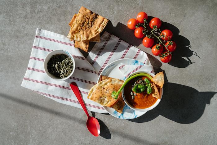 recette soupe tomate au celeri et oignon jaune, exemple recette de velouté maison avec tomates, entrée facile et chic