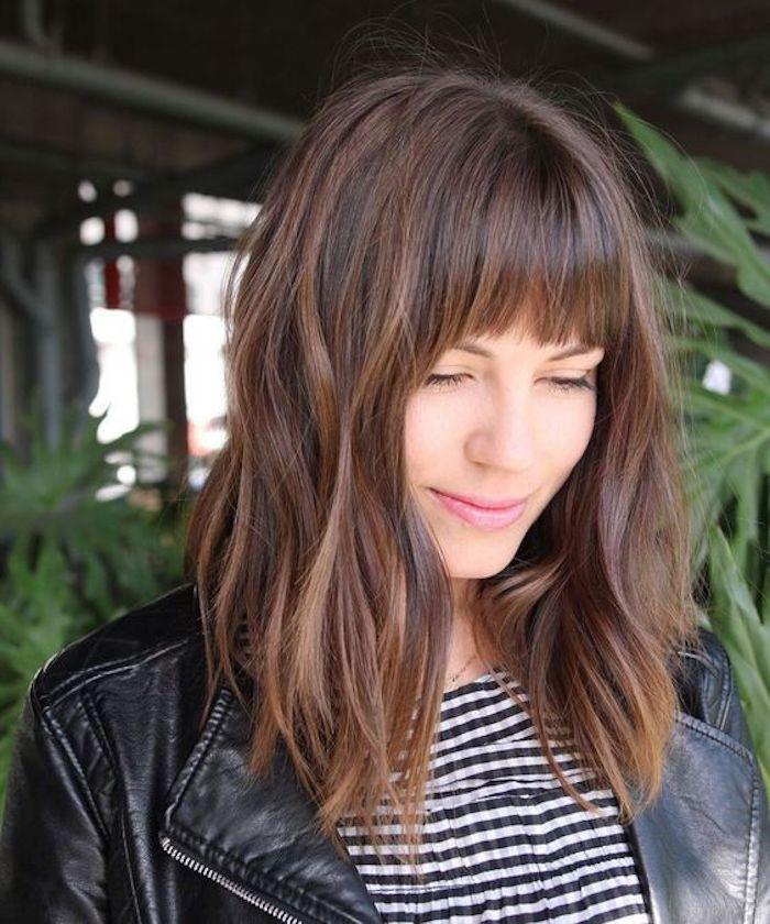 Coiffure avec frange cheveux mi-longs, tendance coiffure 2020, coupe mi-longue femme 2020 tendance