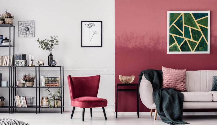 Rose et blanc peindre un mur, peindre une chambre en deux couleurs, étagère en fer simple, deux cadres avec peintures décoratives, canapé beige claire