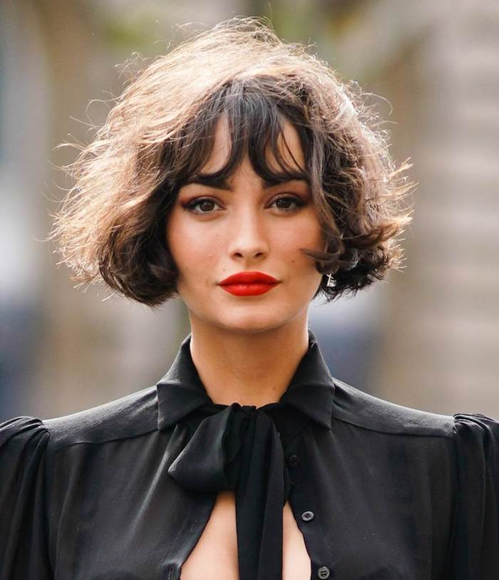 Femme coiffure carré avec frange, coupe cheveux mi long, trouver les meilleures tendances de coiffure, femme chemise noire et rouge à lèvre